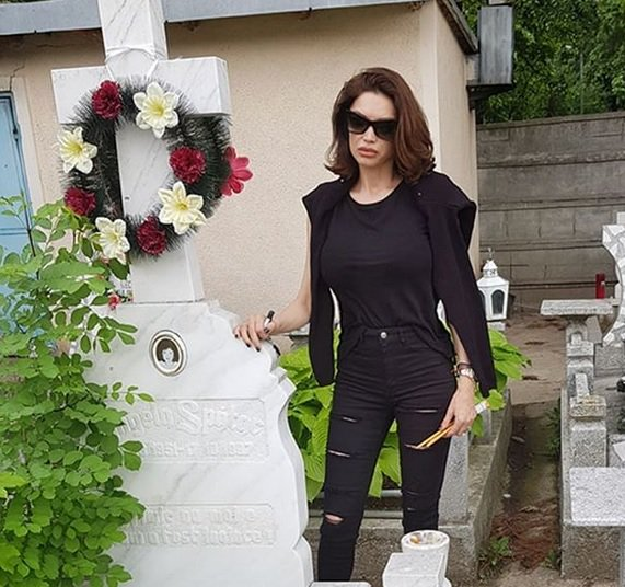 Cristina Spătar la mormântul mamei sale