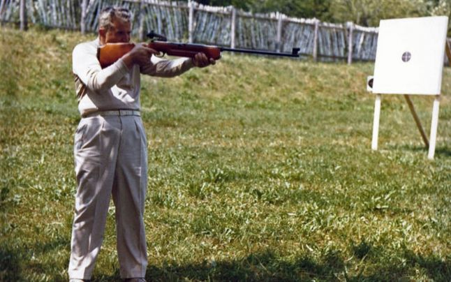 În timpul liber, soții Ceaușescu erau mari amatori de jocuri, printre care se numără și trasul cu arme cu aer comprimat