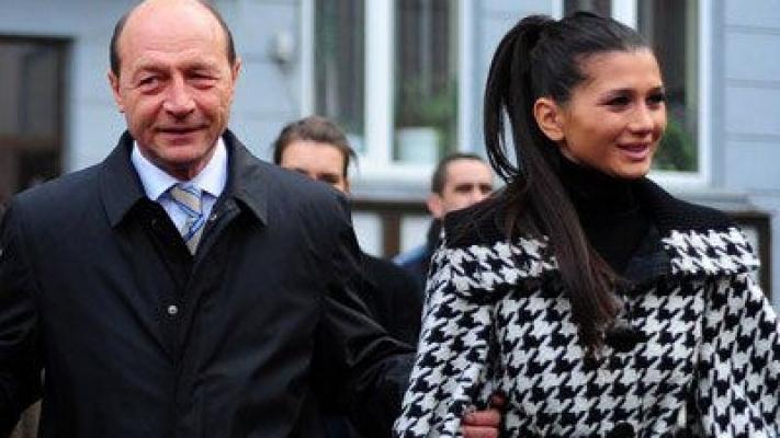 Ce s-a ales de Elena Basescu dupa ce a DISPARUT din viata publica. Fiica lui Basescu a venit la un botez si toti au ramas MASCA! Cum arata acum