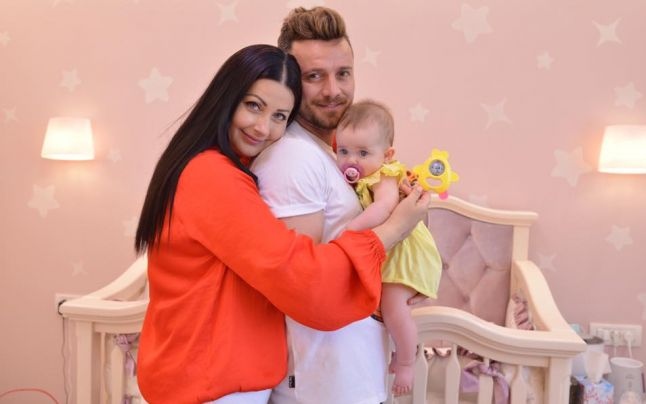 Gabriela Cristea și Tavi Clonda, alături de Iris, mezina familiei. Sursa foto:adevărul.ro