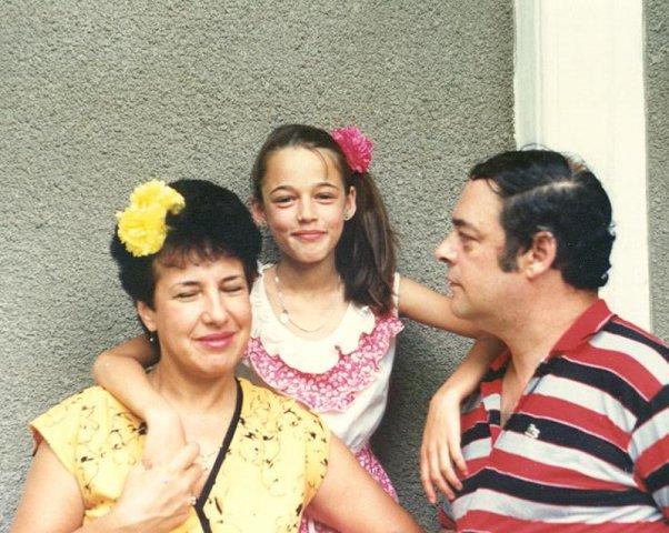 Fosta vedetă de televiziune, Andreea Raicu și părinții, în tinerețe