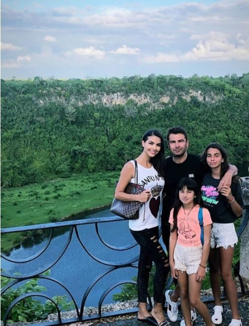 Adrian Mutu, împreună cu actuala soție și cele două fiice din mariajul cu Consuelo. Sursa foto:Facebook