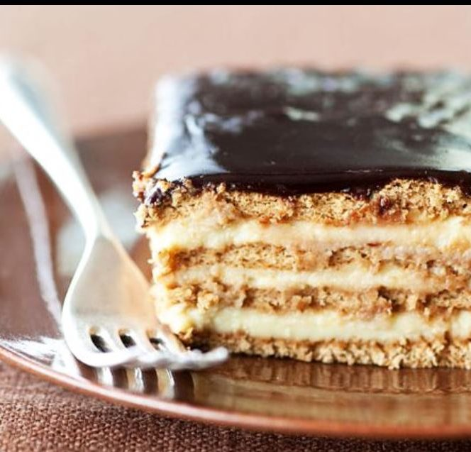 Prăjitură cu budincă și biscuiți. Sursa foto: kfetele.ro