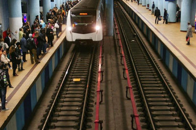 un bărbat a murit la stația izvor. aglomerație mare pe peron