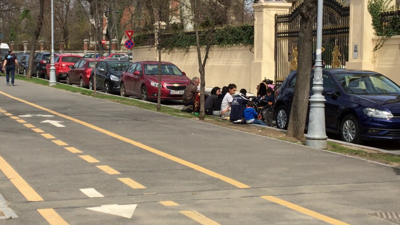 Gigi Becali ajută oamenii nevoiași strânși în fața casei sale