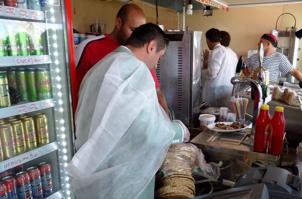 250 de persoane au ajuns la spital după ce au consumat alimente alterate
