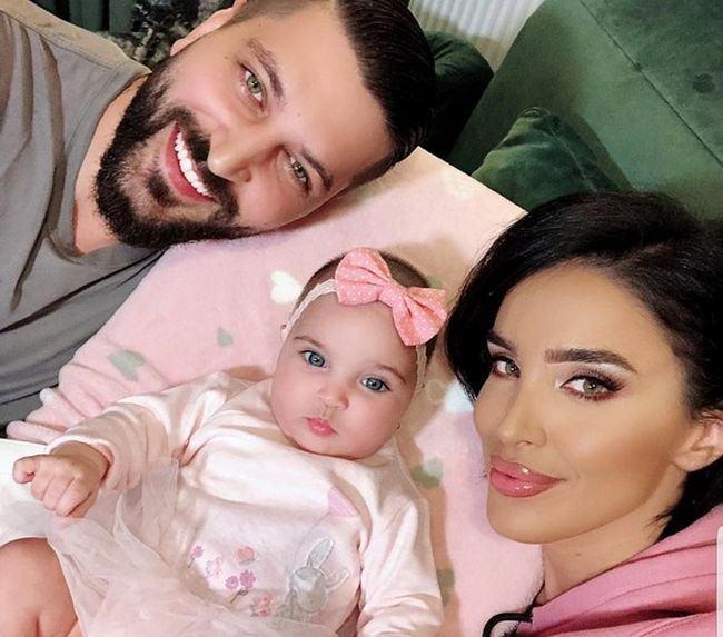 Adelina Pestrițu, alături de soțul și fiica sa. Sursa foto: copilul.ro