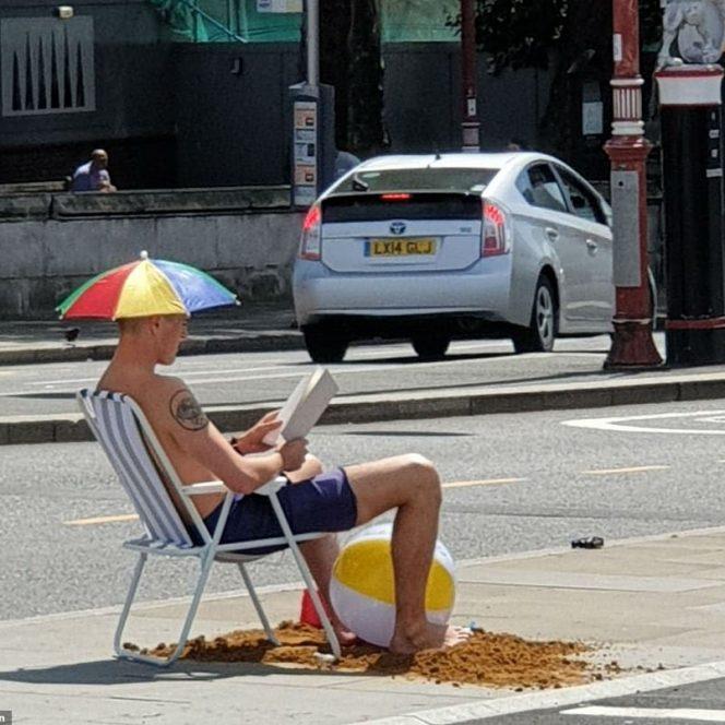 Englezii recurg la tot felul de metode ingenioase pentru a se răcori în aceste zile cu temperaturi infernale. Sursa foto: dailymail