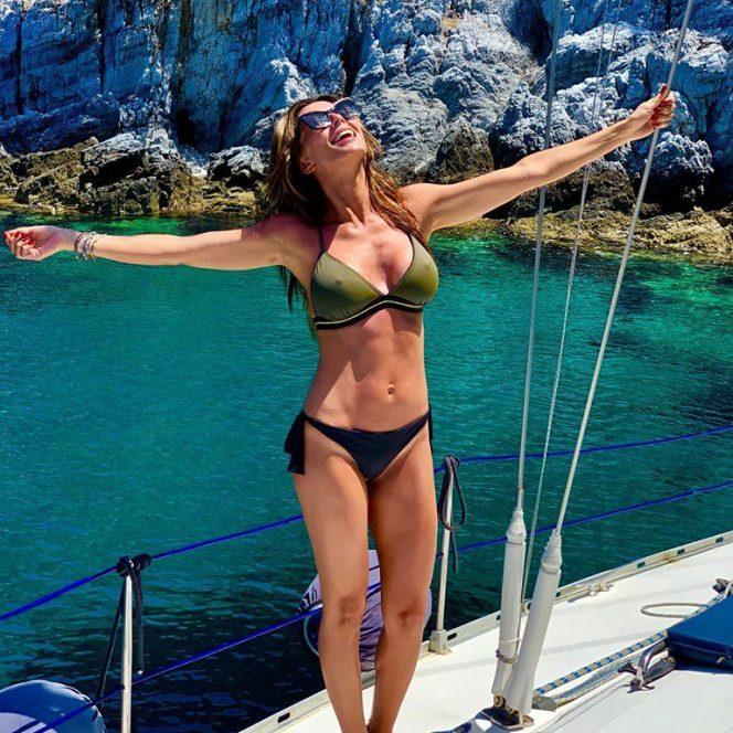 Ilinca Vandici, ipostază fierbinte pe un iaht. Sursa foto: Facebook
