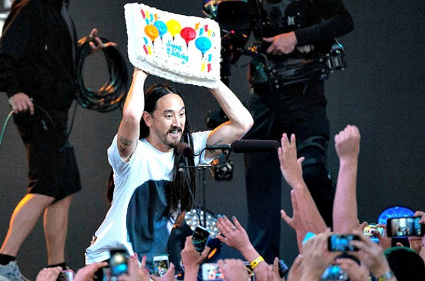 DJ-ul american Steve Aoki aruncă 12 torturi la finalul show-ului