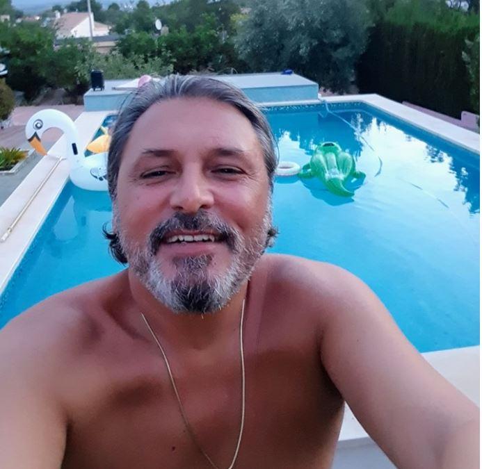 Cornel Galeș s-a fotografiat la piscină în Spania