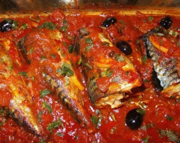 Marinata de pește poate fi preparată și în suc de roșii. Sursa foto: feminis.ro