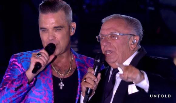 Robbie Williams, în duet cu tatăl său, Pete. Sursa foto: UNTOLD