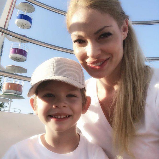 Valentina Pelinel, în vacanță pe litoral alături de fiul său, Mario. Sursa foto: libertatea.ro