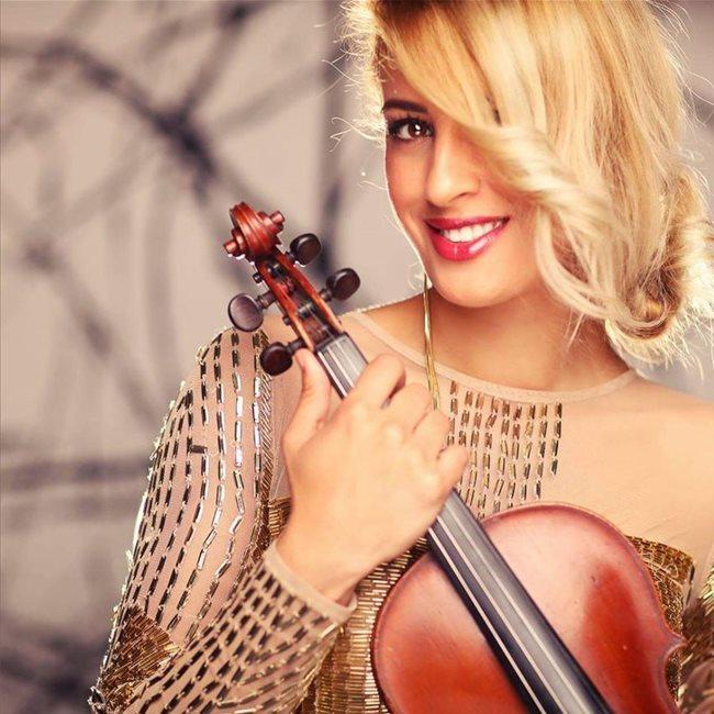 Alice Badea este o frumoasă violonistă în vârstă de 33 de ani