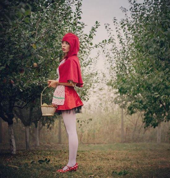 Anca Dumitra Gianinuța din Las Fierbinți s-a pozat îmbrăcată în Scufița Roșie