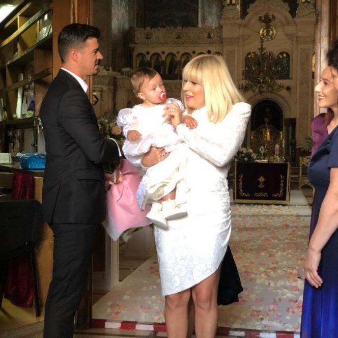 Aceasta este ținuta aleasă de Elena Udrea pentru botezul ficiei sale. Sursa foto: libertatea.ro