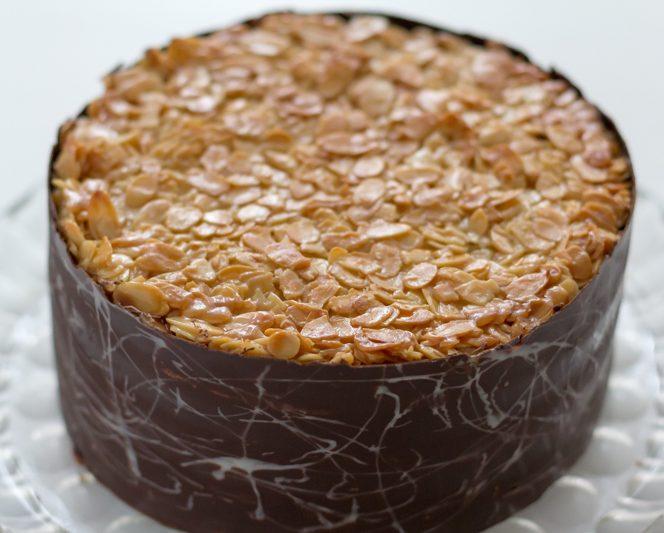 Trebuie neapărat să încerci acest tort cu migdale caramelizate. Sursa foto: cristine.ro