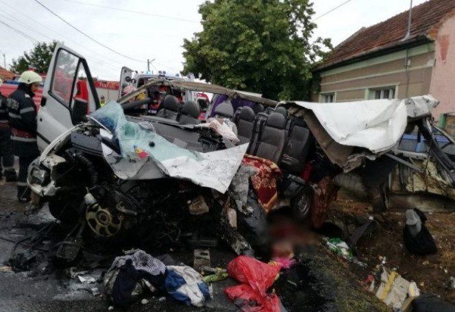 Un microbuz s-a ciocnit violent cu un TIR, provocând moartea a două persoane. Sursa foto: stirileprotv.ro