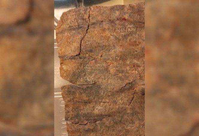 Această tabletă ascunde un blestem din antichitate. Sursa foto: digi24.ro