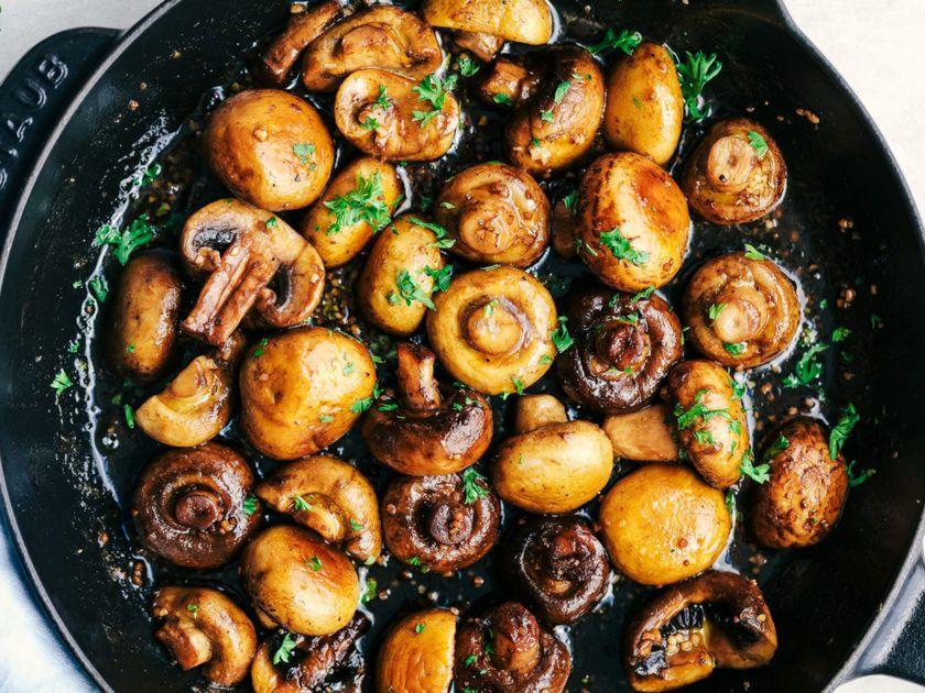 Ciuperci sotate în usturoi, un deliciu culinar