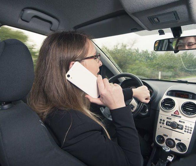 Telefonul mobil la volan te poate lăsa fără permis. Sursa foto: ziaristii.ro
