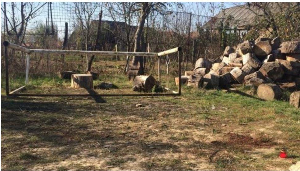 Primăria susține că a depozitat poarta în curtea școlii, însă nu știe cine a ridicat-o fără să o asigure. Sursa foto: adevarul.ro