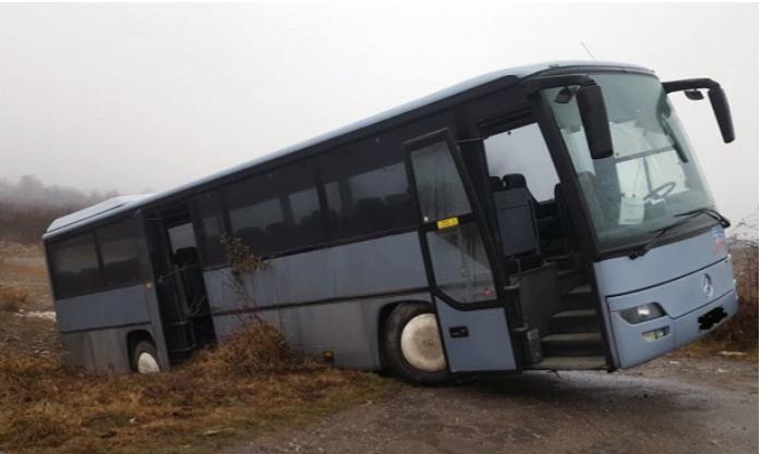 Un autobuz plin cu nuntași a ieșit în decor în Buzău