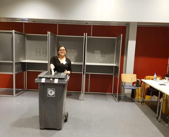 Românii din Olanda votează la alegerile prezidenţiale în pubele de gunoi