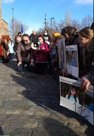 Alexandru Cumpănașu, familiile celor două fete dispărute și toți ceilalți participanți la protest s-au așezat în genunchi, au rostit Tatăl Nostru și s-au rugat pentru aducerea aducerea copiilor acasă. Sursa foto: Facebook,