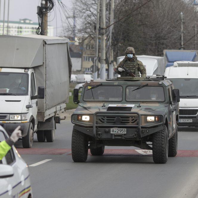 Armata română a început, miercuri, să desfășoare misiuni de patrulare în Bucureşti şi în oraşe din ţară, odată cu intrarea în vigoare, la ora 12:00, a ordonanței militare