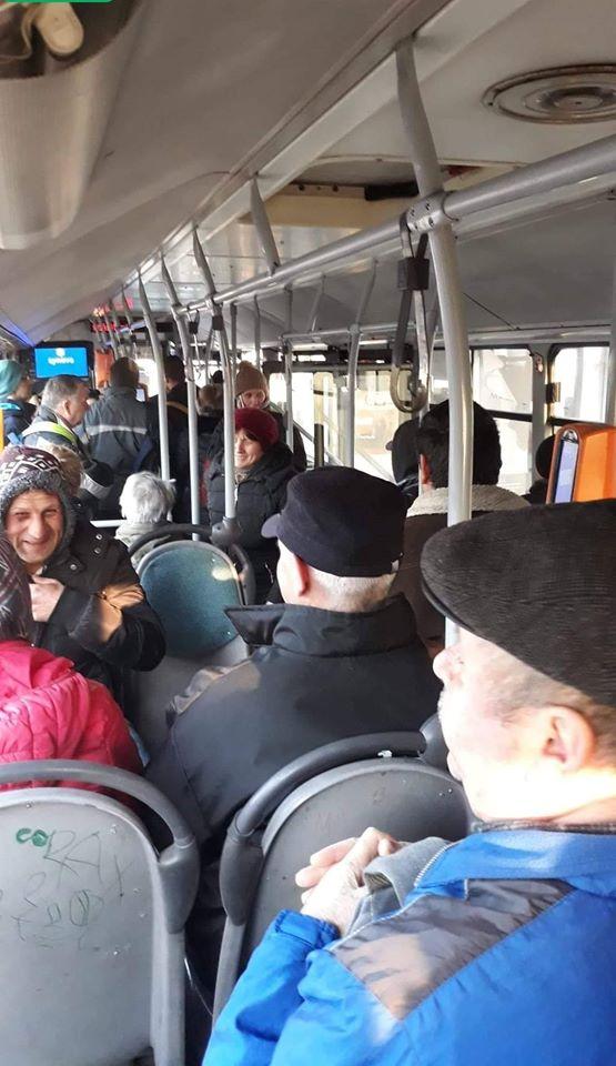 Autobuz aglomerat în plină epidemie de coronavirus