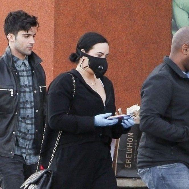 Demi Lovato, cu mască alături de prietenii săi