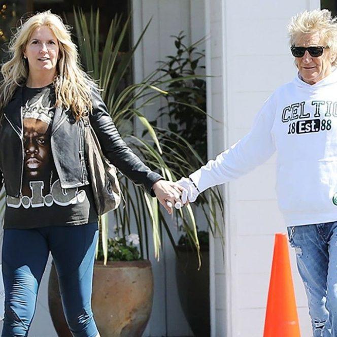 Rod Stewart poartă mănuși, la fel ca Phoenix