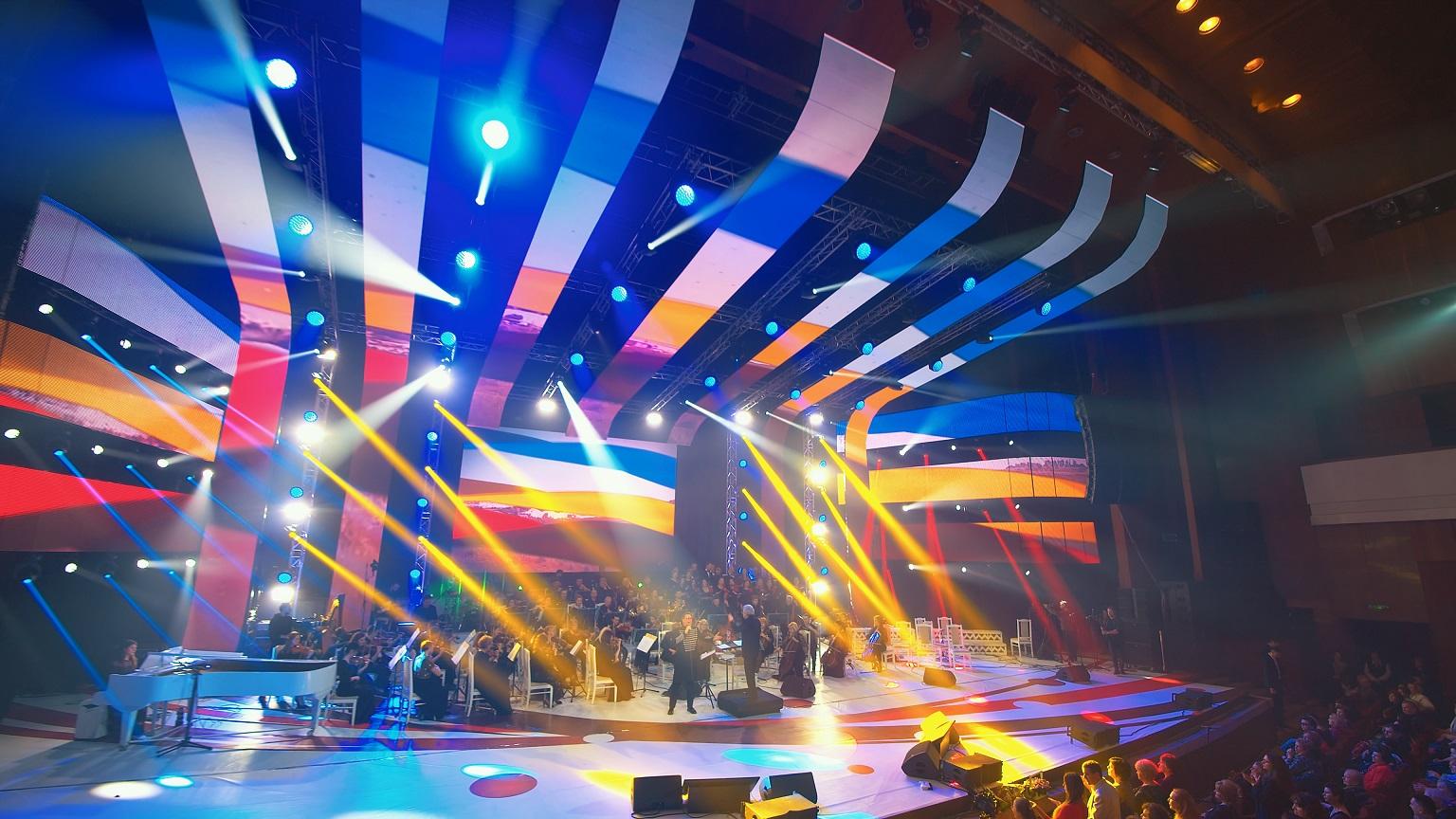 Paul Surugiu - Fuego își va încânta admiratorii cu un mega-concert în prima zi de Paște, pe TVR 2, de la ora 15:000. Peste 100 de artiști, invitați pe scena din Chișinău. Sursa foto: arhiva personală