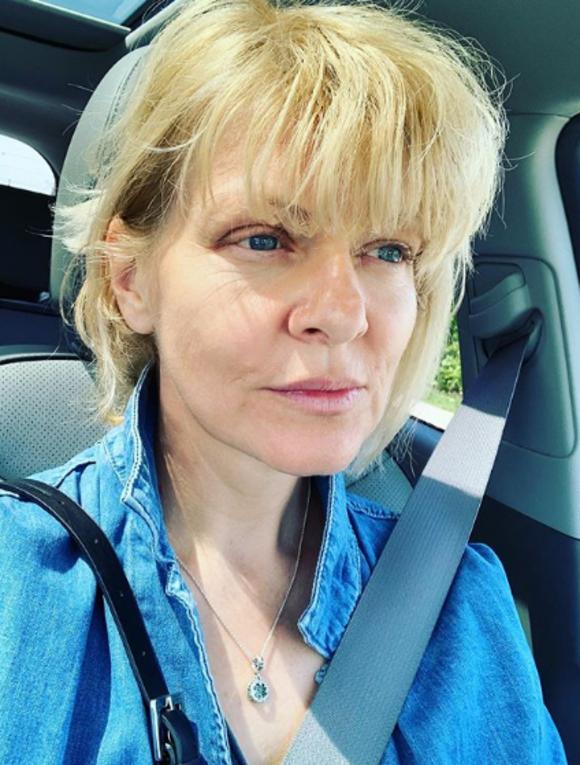 Dana Nălbaru s-a pozat fără pic de machiaj, la volanul autoturismului său. Sursa foto: Instagram